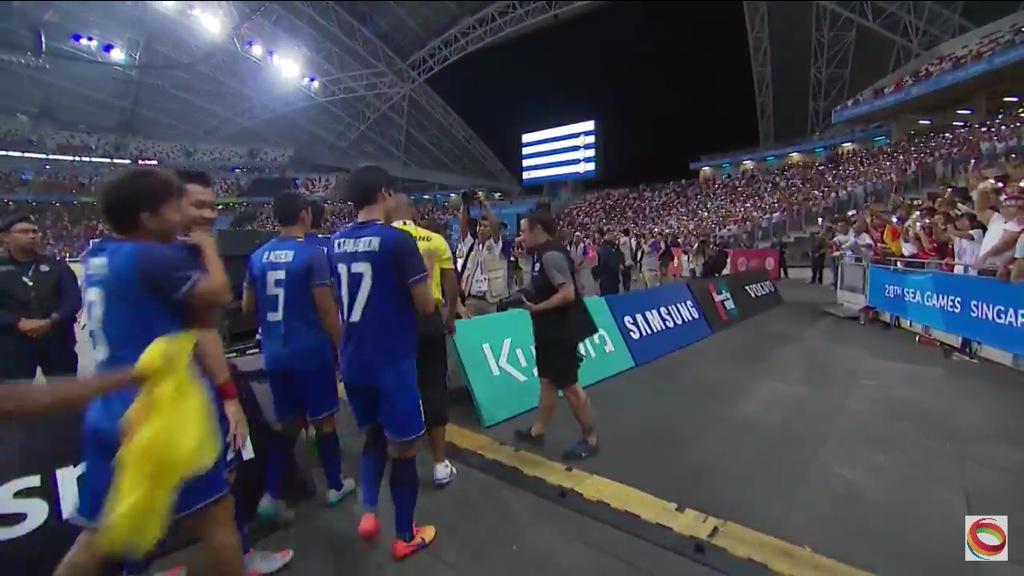 Myanmar fans stay, appluase for Thai players via @teacherwarat: กองเชียร์พม่ายังอยู่ในสนามและปรบมือให้ผู้เล่นไทย http://t.co/vgBeiL5QKQ