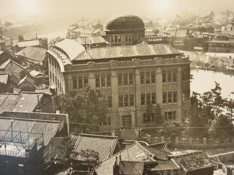 原爆ドームは産業奨励館という建物でチェコ人のヤンレツルという建築家が設計したんですが、原爆投下前の正面から撮影した産業奨励館はよくみかけるんですが、この画像は初めてみて、人々の暮らしがあったんだなってのがわかる。 http://t.co/P2ClqLeg7V