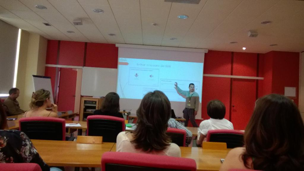 Los Pecha kucha, son presentaciones de 20 diapositivas en 20 segundos. Turno de @alfredinho #ideoeasp http://t.co/S3xM4divd9