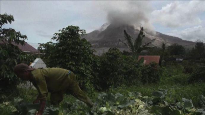 FOTO VIDEO A Sumatra oltre 4000 persone evacuate per eruzione del Sinabung