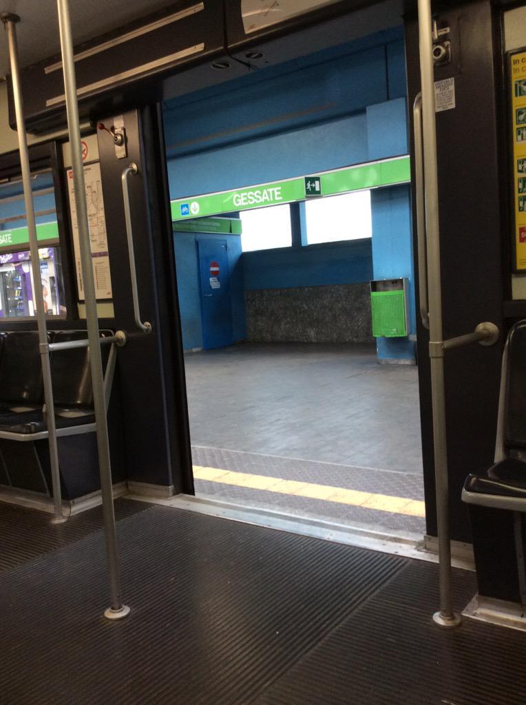 Solo perché sono pendolare, anche lo sciopero dei treni si mette fra me e #theblogup...ora si va di metro :) http://t.co/OtJR1NClbo