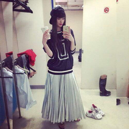 キャップとフレアスカートをはいているサビーナ・アルシンベコバのかわいい画像