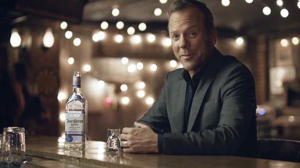 kiefer sutherland has a cuervostory those lights in the bkgd made me think of his drunk christmas tree dive storypictwittercomutxbijfki0 - Kiefer Sutherland Christmas Tree