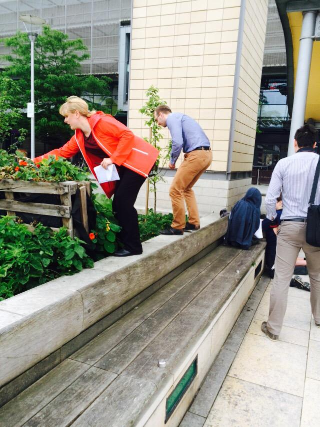 Sampling @EdibleBristol strawberries  on our happy & healthy walk for #businessgreenweek @GoGreenBristol @ArupGroup http://t.co/buIRbx9I9X
