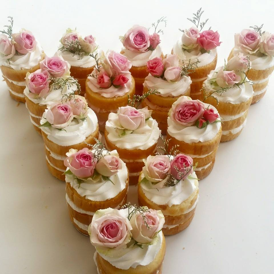 Good night #weddinghour will leave you all with some rather cute mini naked cakes! http://t.co/ys5TAfH2s4