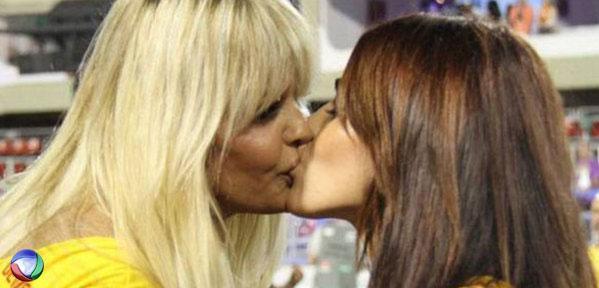 Monique beija a namorada no Programa do Gugu.