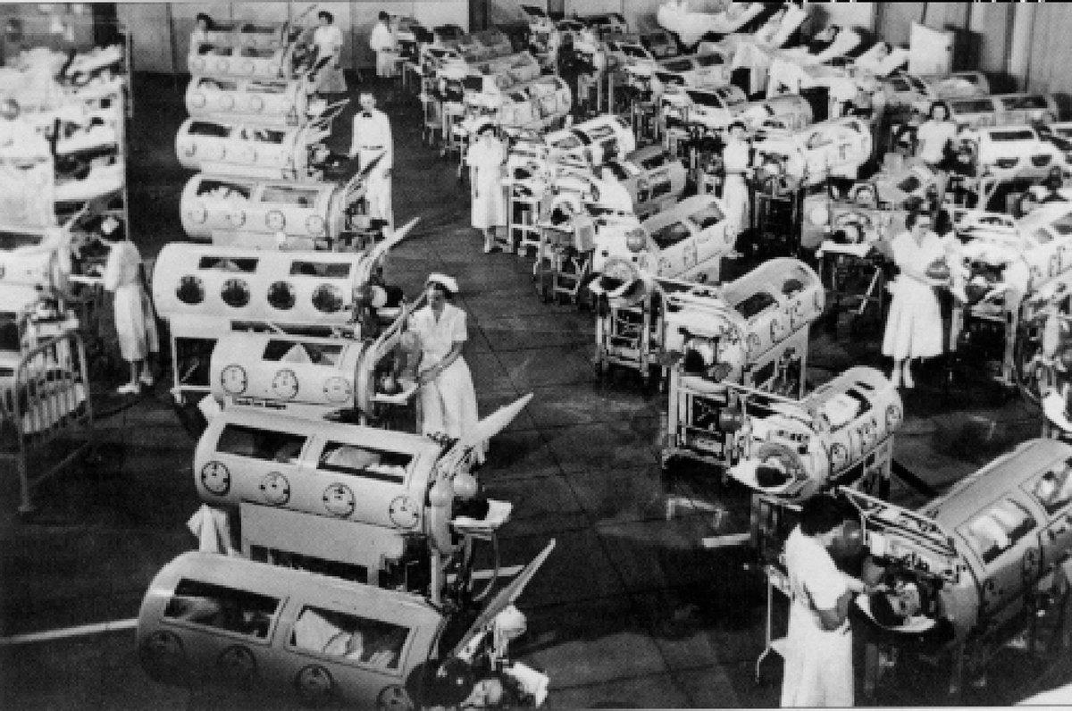 Polio: miles de enfermos en los años 50. Sala repleta de niños en pulmones de acero por causa de la polio #microMOOC http://t.co/GIddkeL6Cb
