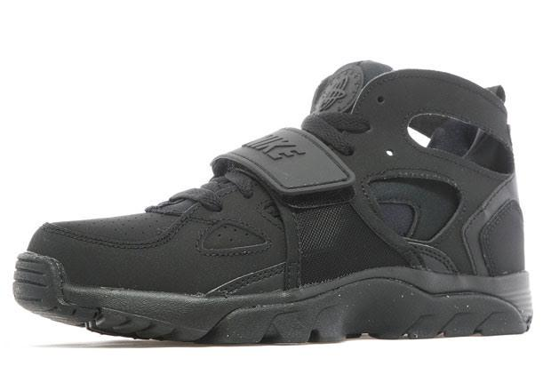 "446b8d3f8061 1strap all black huaraches RT  nicekicks  GS Air Trainer Huarache the  ""Blackout"" treatment. http   nicek.io 1G4ylAA pic.twitter.com siDbxJbr9R"