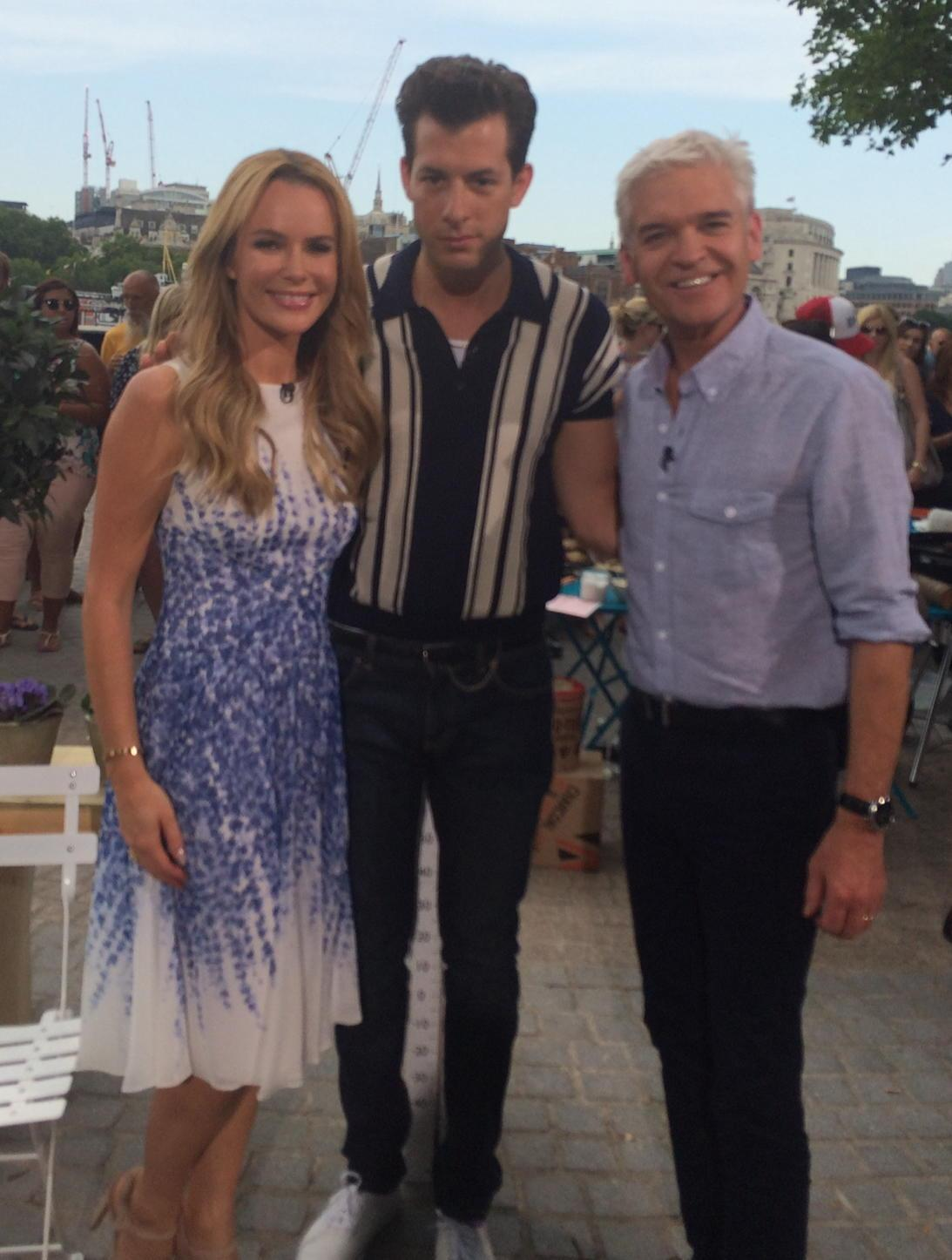 Amazing to meet incredibly talented @markronson on @itvthismorning @Schofe http://t.co/nvr8WTsKy6