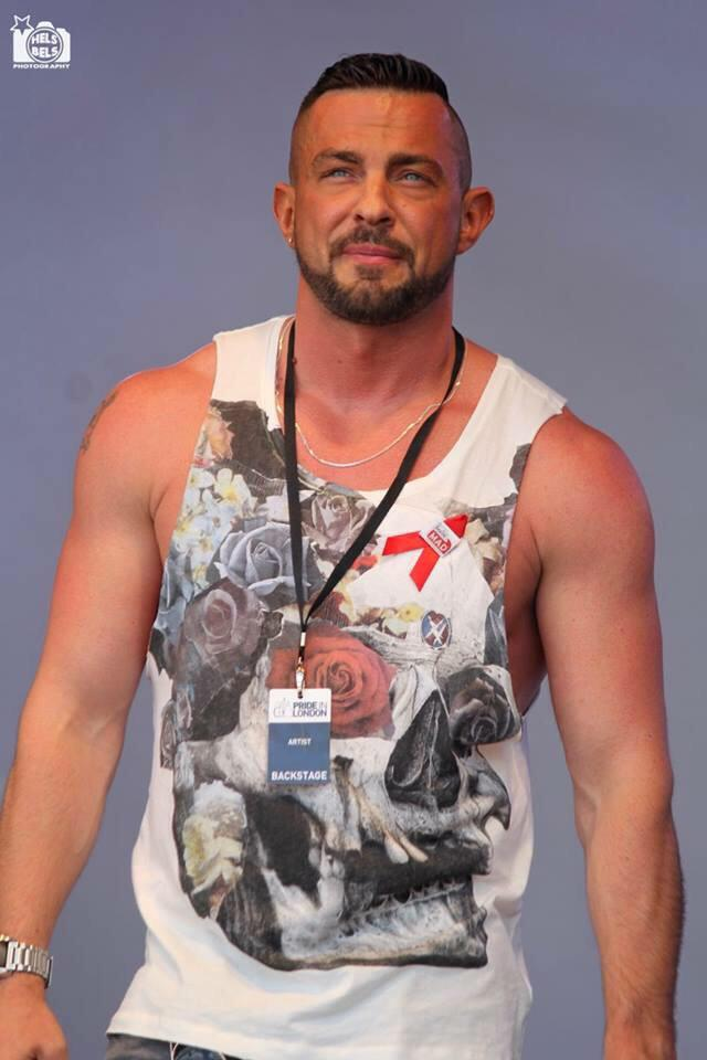 RT @RobinWFans: Here's Robin at @LondonLGBTPride @helsbelsphoto @Robinwindsor With Thanks to Helsbelsphoto for permission http://t.co/wK4gW…