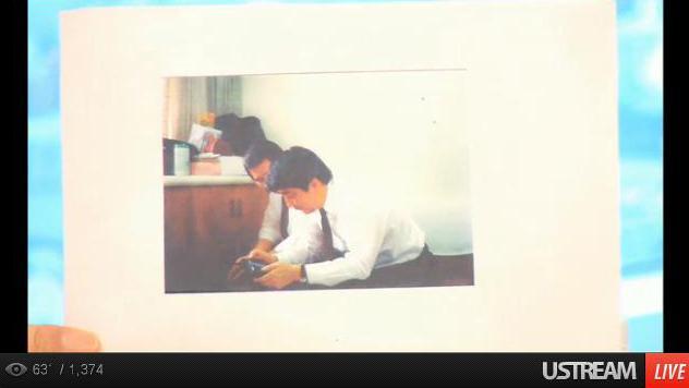 父親が危篤状態の中で呑気にゲームボーイをしてる安倍晋三の写真が公開される