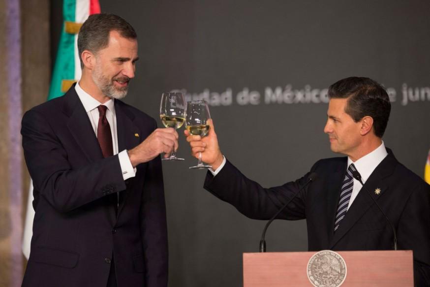 Como SÍ tomar una copa de vino. Como NO tomar una copa de vino.  #Carreño http://t.co/lahd67ng0T