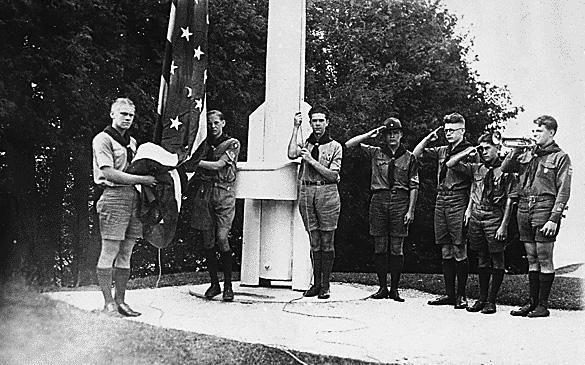 1929: #President Gerald R Ford Jr holding flag with Eagle Scout Guard of Honor Mackinac Island State Park #Michigan. Tweet from America's Gallery