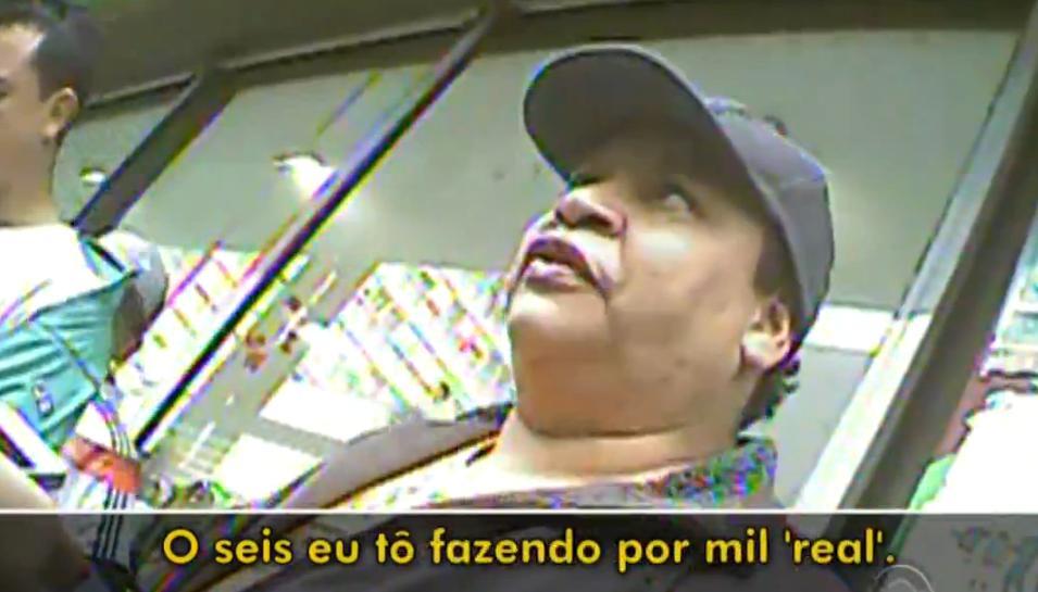 Feira ilegal vende celulares roubados no centro de Porto Alegre. Confira a reportagem completa http://t.co/ENSwXOusuN http://t.co/Pii0IG3aba