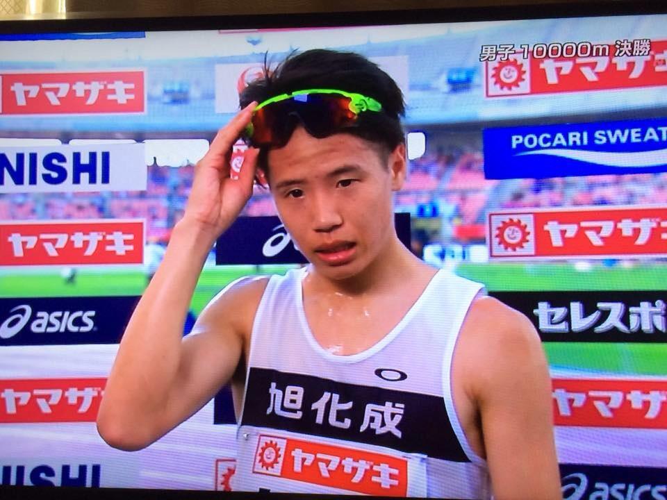 先日の日本選手権で10000mを優勝し世界陸上に内定した旭化成の鎧坂哲哉選手。佐藤悠基選手の4連覇に続いた、オークリーでたった2人のランシャツランパン提供選手。非売品ですが、市販化すべきでしょうか? http://t.co/g63keZarCO