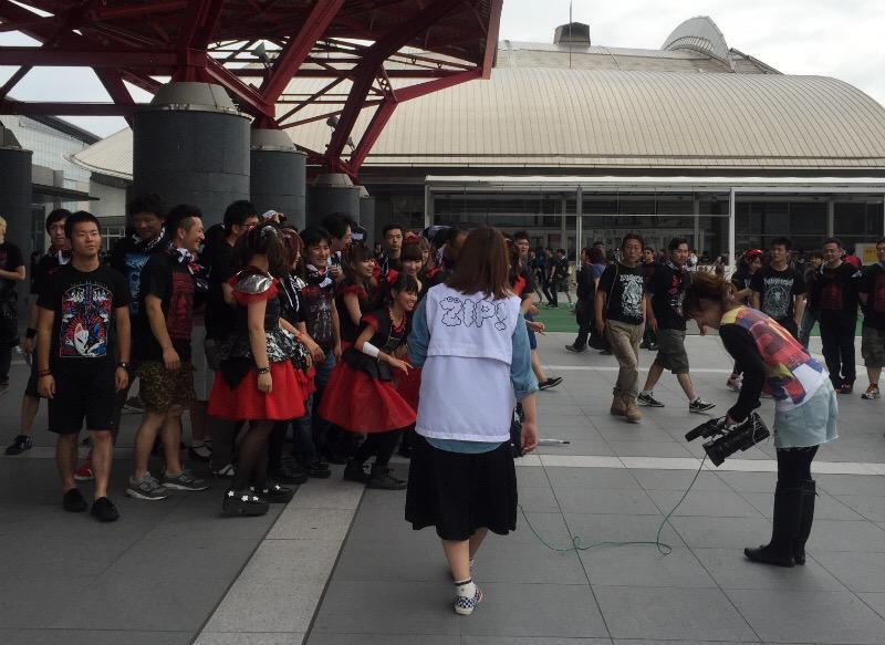 幕張メッセの入口でZIPの取材班がいた。 http://t.co/Zv1UqkKCoI