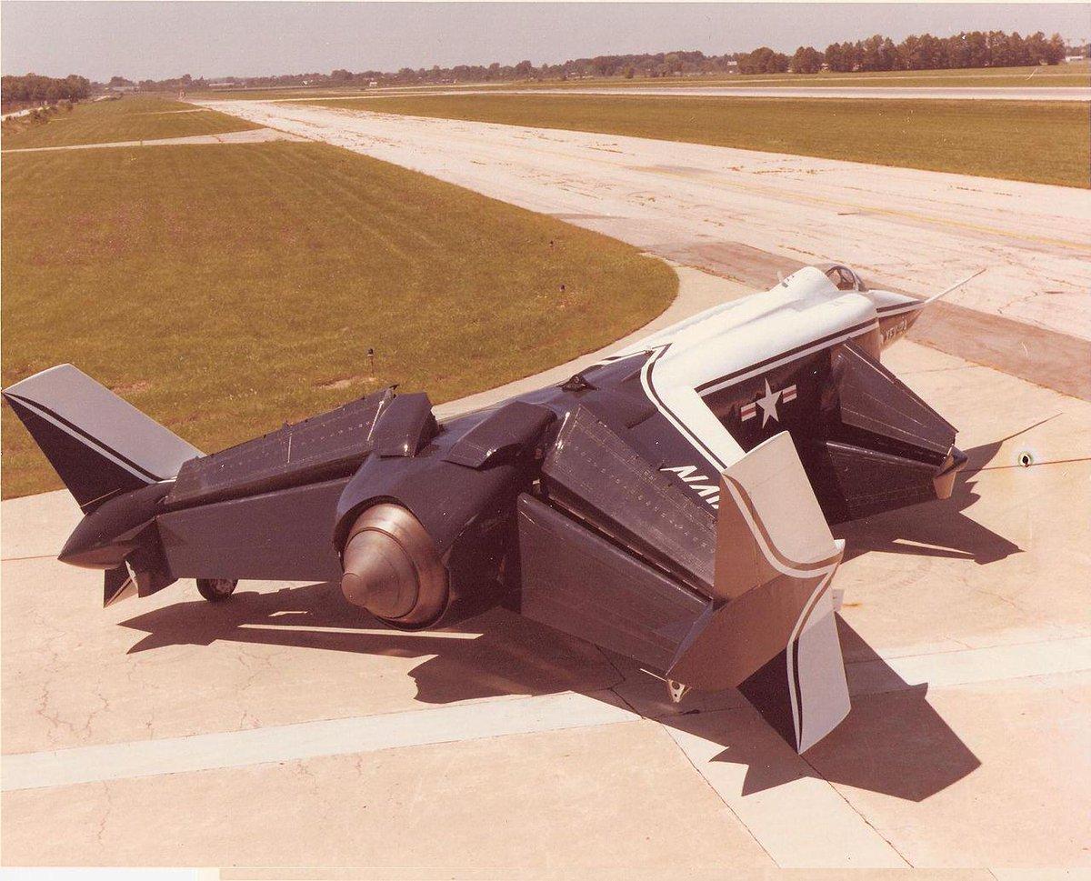XFV-12 宇宙戦闘機みたいな後ろ姿だなぁ。名前もアニメ戦闘機っぽい。ハリアーを見たアメリカ海軍がもっとすごいの作ってやるぜと作った試作VTOL戦闘機。画像みたいにエンジンの噴射を下向き向ける装置で上昇…できなかった(終わり)