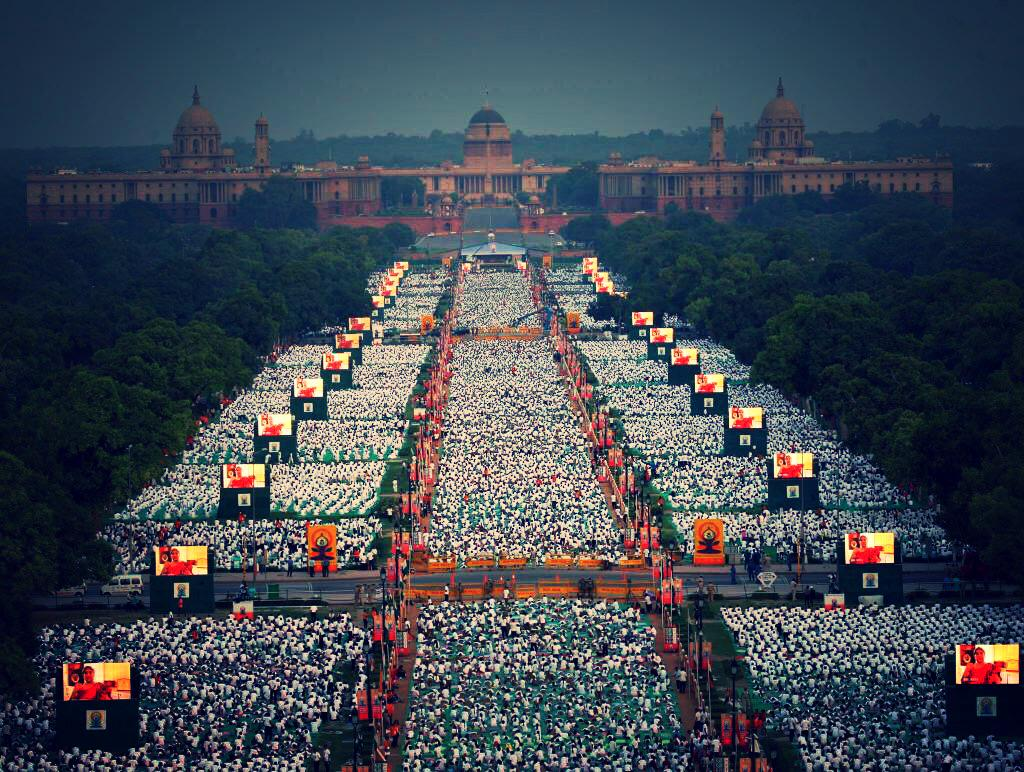 Wow!!!You come across images like these and your heart fills up as an Indian. #internationaldayofyoga http://t.co/KdJsCeQNHR