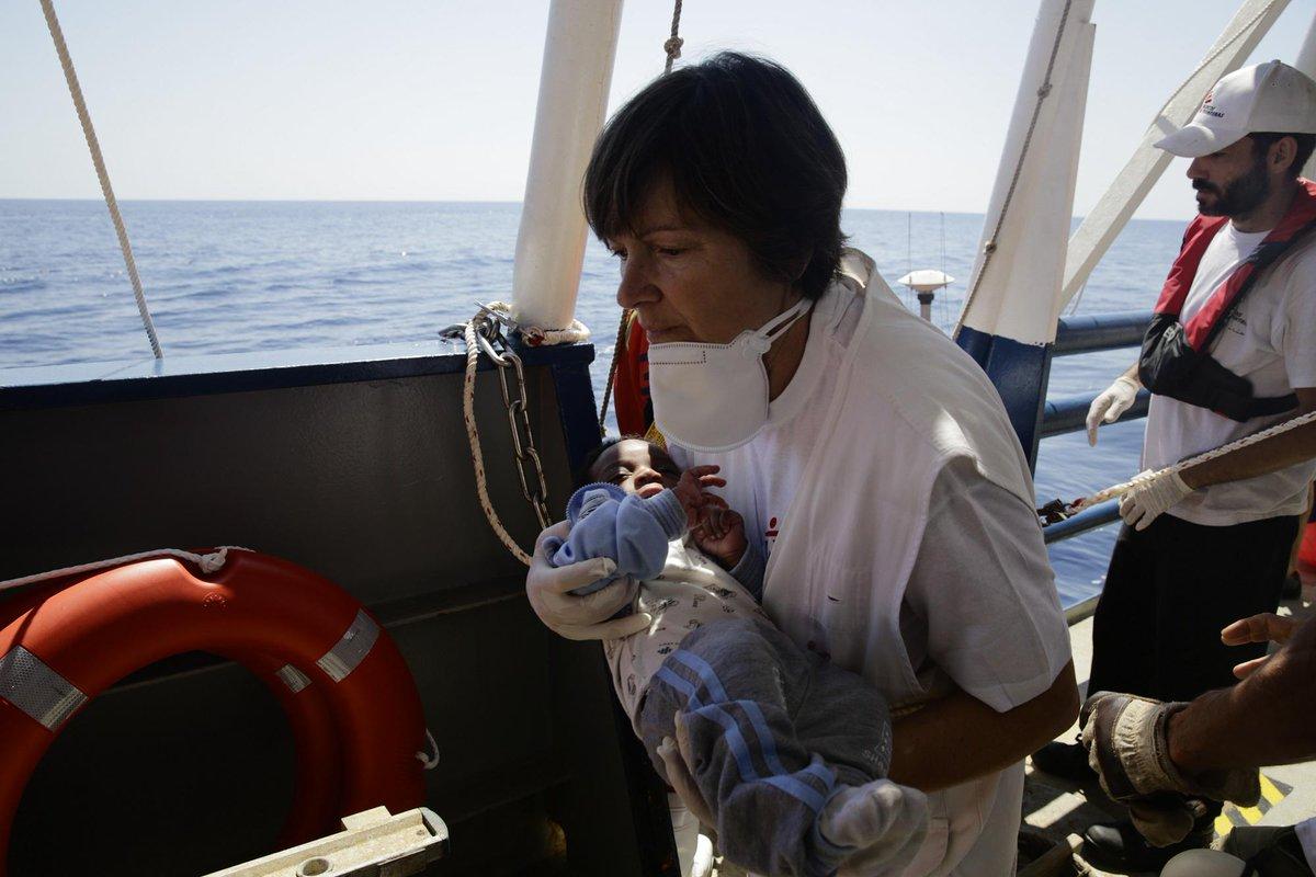 Esta mañana, en el barco de @msf_espana. Rescate de un bebé que iba en un bote inflable. Tiemblo solo de recordarlo. http://t.co/jerotxIiMA
