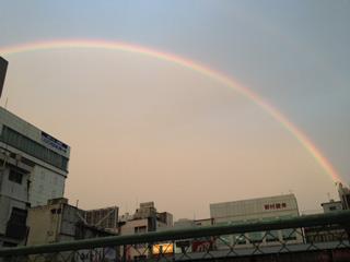 みなさん昨日夕方の大きな虹見ましたか? 天文館を歩いているときに、まわりの人が空を見上げていて気づきました〜大きかった! http://t.co/bIcBZNAVz7