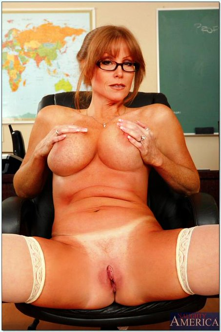 And maybe a few for #MILFMonday? #DarlaCrane #NaughtyAmerica #Bewbs #Cougar #MILF http://t.co/nP8h1R