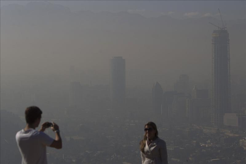 Santiago de Chile presenta Emergencia por contaminación ambiental, paralizada la ciudad por… https://t.co/a3bodWdFqU http://t.co/z0zV5eopFL