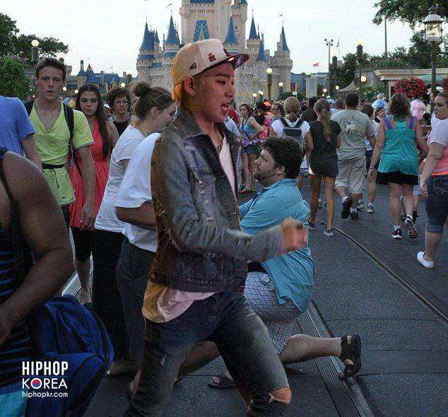 Hiphopkr On Twitter Humor Zico Photobombs Disney World Proposal