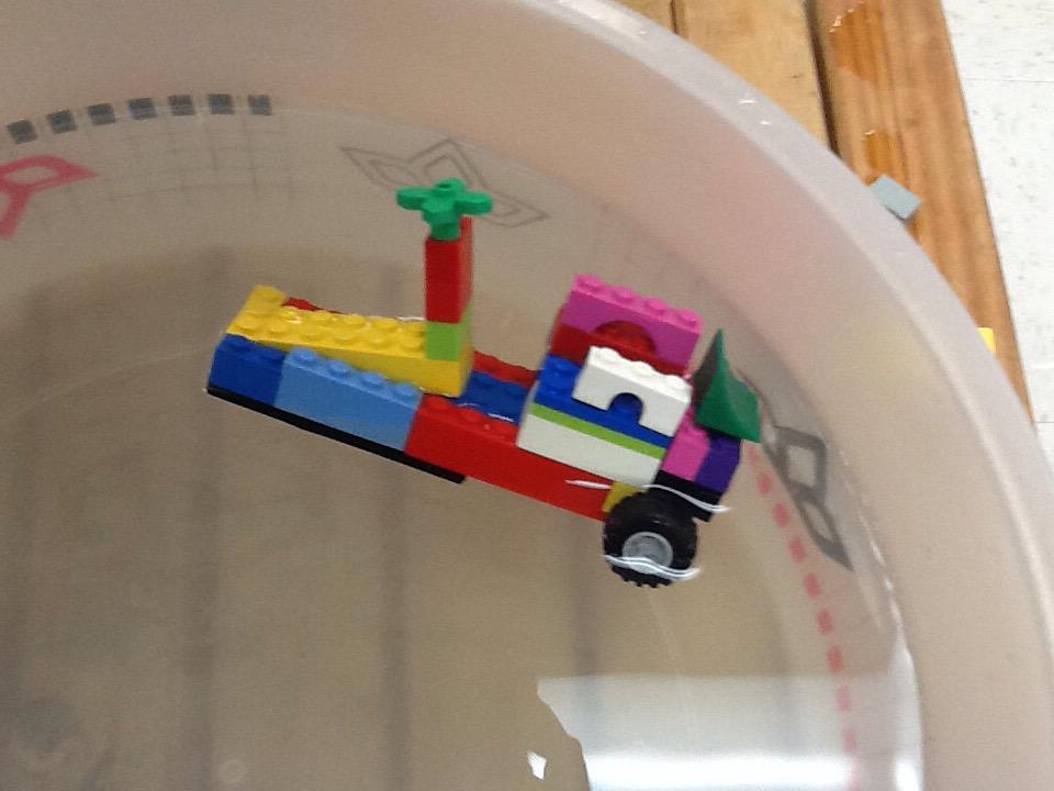 This is my bot it can float. #legochallenge2  by Gracie http://t.co/jIhUG8P5wk