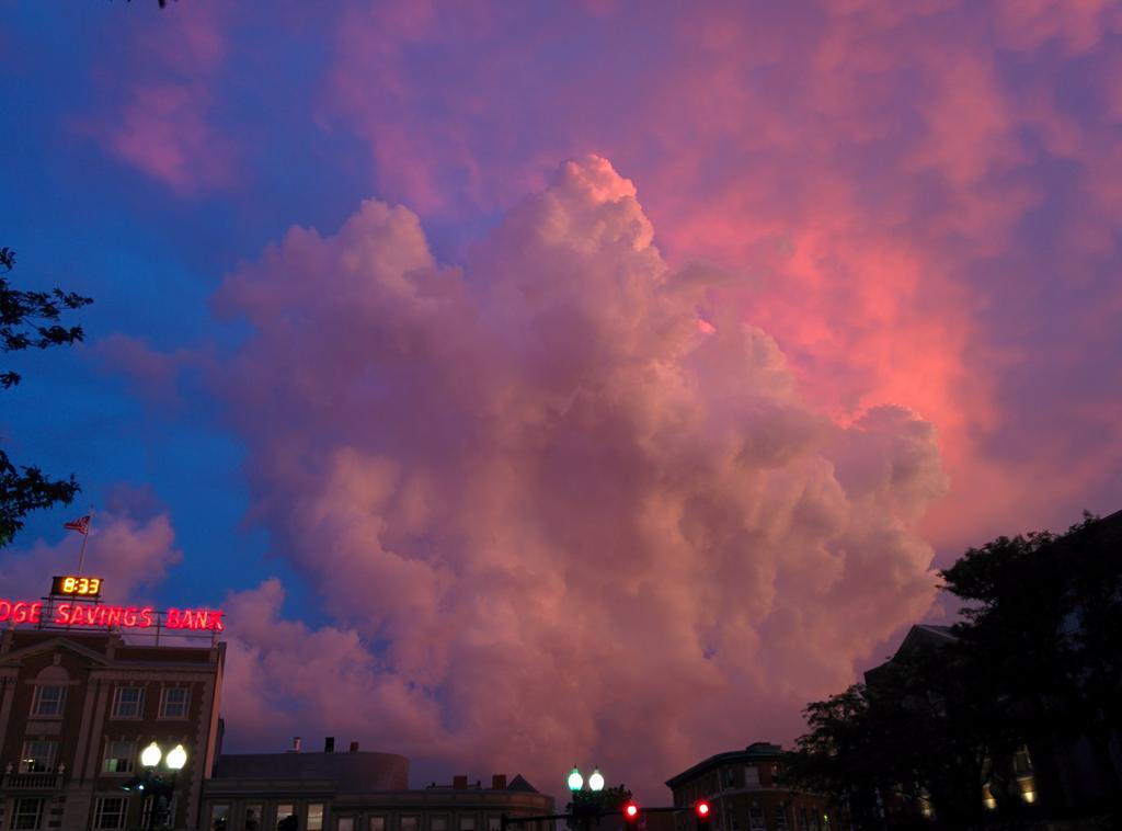 I've never seen quite so many people in Harvard Square taking pictures of the sky. #lovelysky #transientbeauty http://t.co/uKe5cOtJ1j