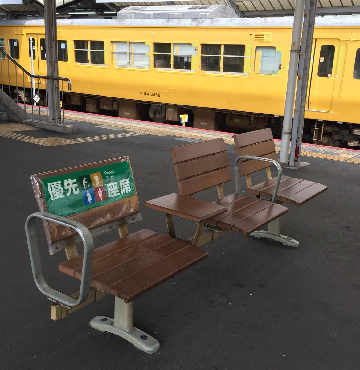 JR岡山駅在来線ホームのベンチが、線路に直角の向きに変わったのをご存じでしたか? 酔った客が立ち上がったとき、バランスを崩して線路に転落するのを防ぐためで、他駅でも順次変更していくそうです。http://t.co/gt0qUJLNvV http://t.co/dNG19kt6Gj