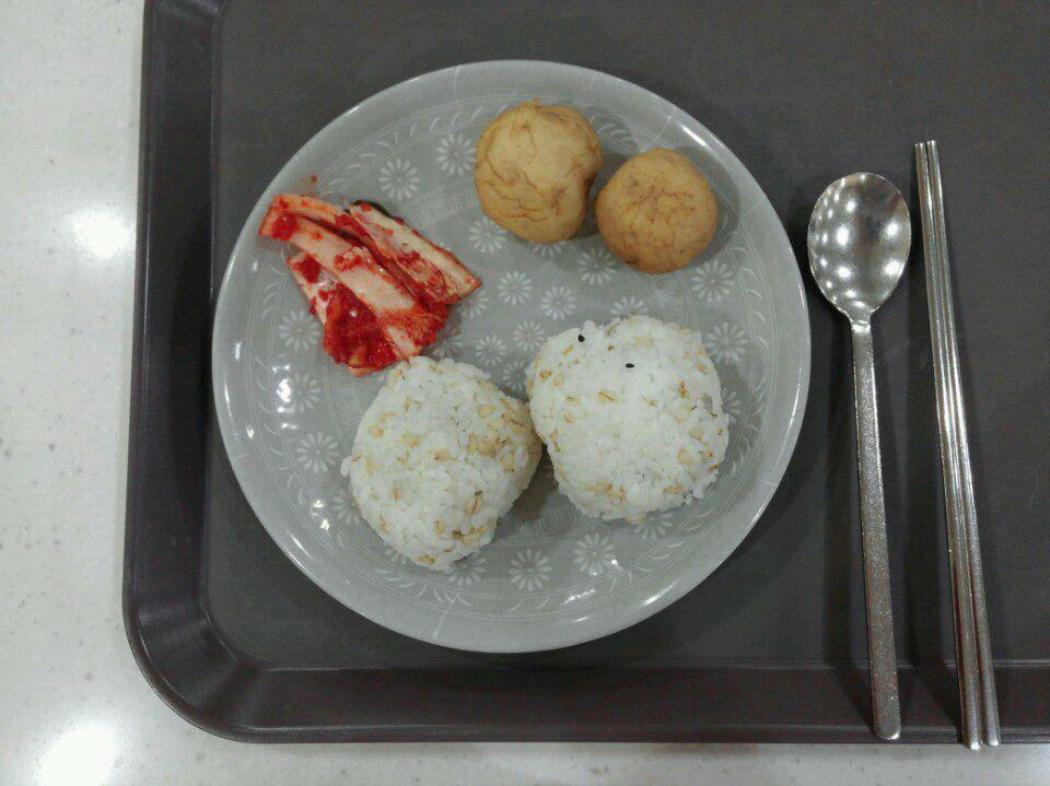 오늘 국방부 구내식당 메뉴는 주먹밥과 감자입니다. 주먹밥으로 점심을 대신하며 65년 전 오늘, 적의 총탄이 비오듯 쏟아지는 상황에서도 나라를 지키기 위해 힘쓰셨던 분들의 소중한 피와 땀의 의미를 되새겼습니다. http://t.co/GxhVnmxDc0