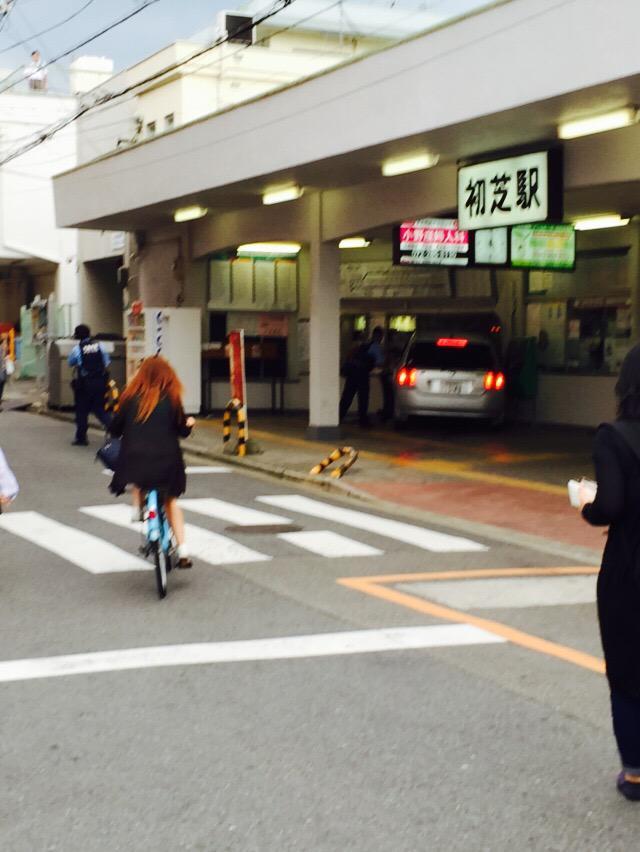 初芝駅におもっき車突っ込んだ! pic.twitter.com/FEOZzCsuZZ