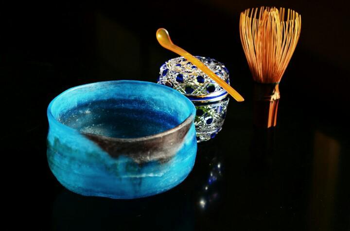 涼味を誘う硝子のお道具も、夏至を過ぎれば最盛期♪ヾ(o´∀`o)ノ  写真は、パート・ド・ヴェールのお茶碗に江戸切子の籠目紋中棗、お茶杓は鼈甲です(´▽`)ノ  硝子も陶磁器と同じで様々な技法と種類があり、どれもが魅力に溢れてます☆ http://t.co/IizGc0gltM
