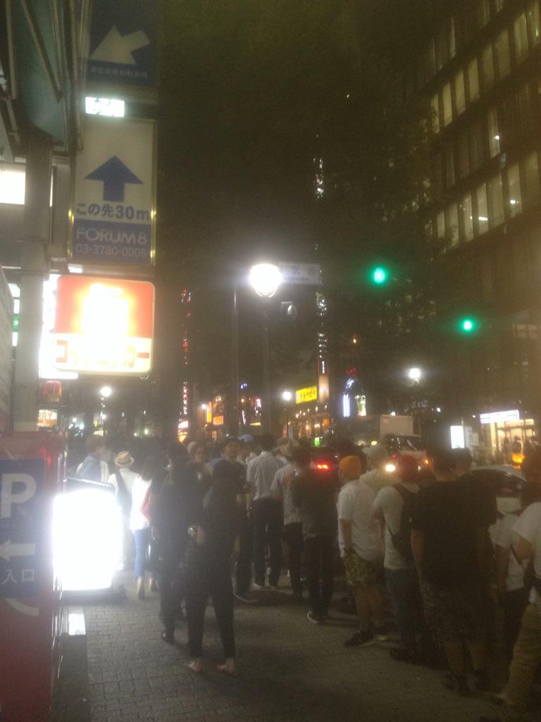 Visionでなにがあるんだろう。渋谷で初めて見る長蛇の列。道玄坂麓まで。 http://t.co/ghadI16oOp