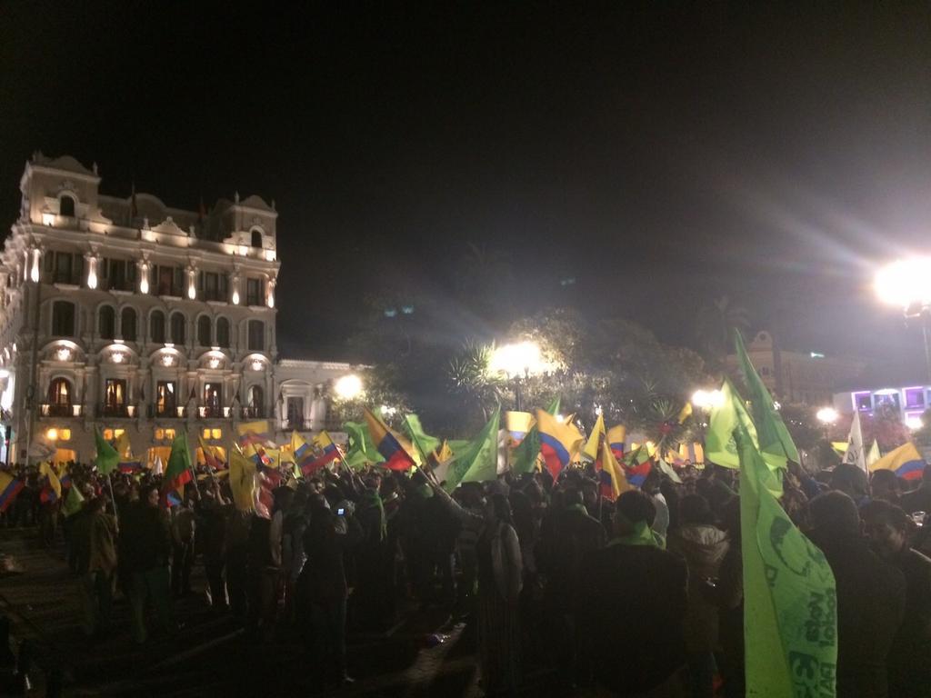 Cientos de ciudadanos respaldan al Presidente @MashiRafael en la Plaza de la Independencia en #Quito http://t.co/6mHU8O5IU1