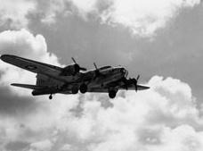 BQ-7(アメリカ) 無人大型爆撃機(特攻) 爆撃機を無人化して敵施設にダイブ!さすが米、リッチやなぁ… 飛行中の炸薬安全装置解除に人の手を必要としたので途中まで有人と中途半端な無人機。さらに無線操縦もうまく行かなかった。