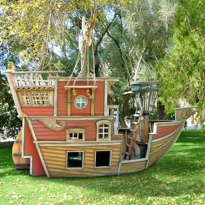 Check out this amazing pallet pirate ship upcycle for Casitas de jardin