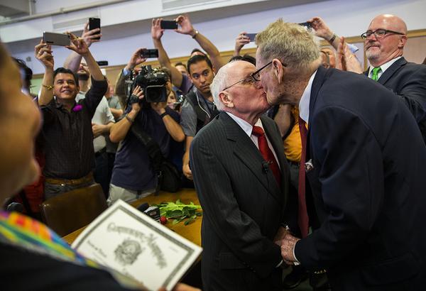 George 82, Jack 85. Llevan 54 años juntos. Se casan hoy en Dallas. El mundo es un lugar mejor. http://t.co/3QbnuVi8jK