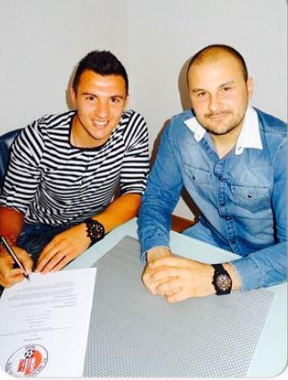 Gjorgiev signing his contract: photo: Dragan Gjorgiev