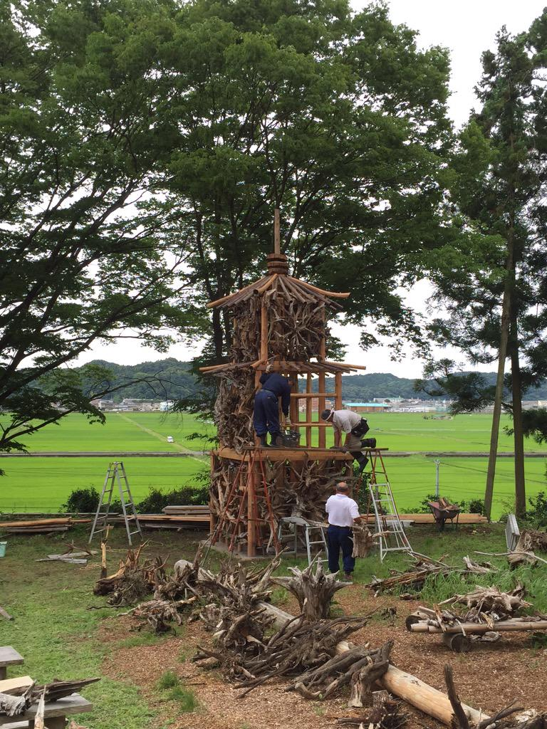 いわき回廊美術館に行ったら、蔡國強さん発案の「再生の塔」の試作品がだんだん出来てきてた!外側に「龍骨」に似た雰囲気の古い木の根っこを取付け中。かっこいい!! http://t.co/80ALeT5aE4