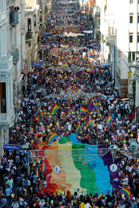 Bugün 17:00'de İstiklal'de yürüyüşteyiz aşkım! #OnurYürüyüşü #Istanbul #Pride http://t.co/HhlkcIDISR