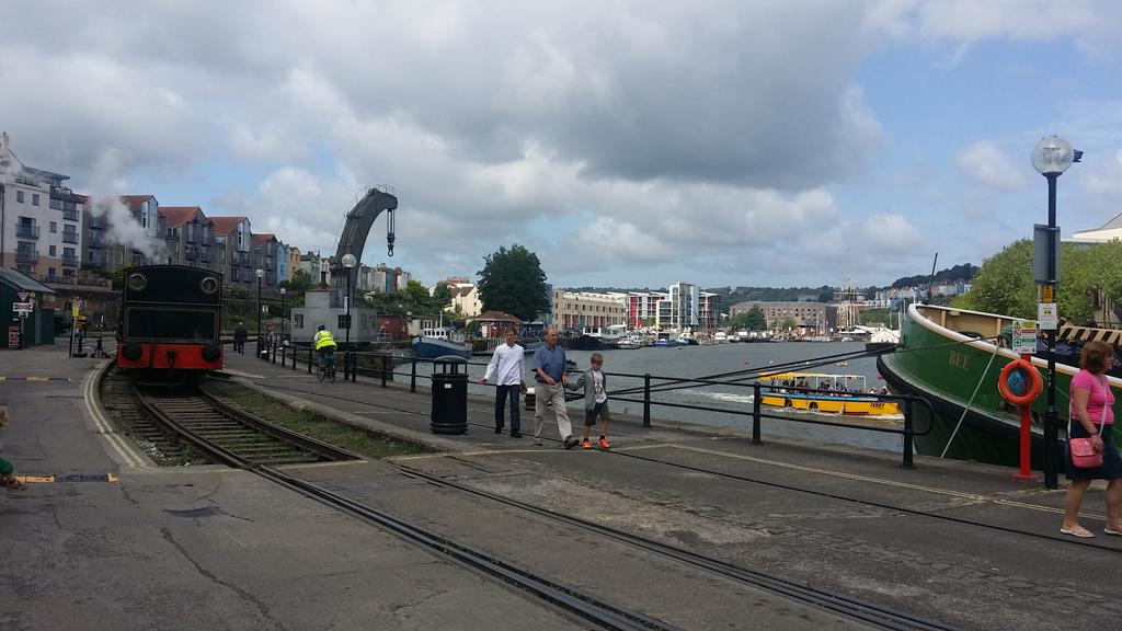 Bristol waterfront.Steam trains,boats, heritage cranes,rock bands,home of Gromit!Most interesting walk in England?Yep http://t.co/HQniG8OANS