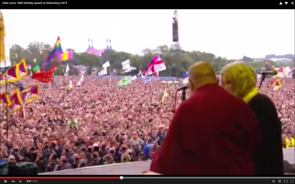 今天(28日)大约18万人在英国格拉斯顿伯里音乐节上祝贺达赖喇嘛尊者80岁生日。尊者对参加音乐节的观众发表简短讲话。(视频) https://t.co/k1zCfJBpzi http://t.co/2OoqV9E9Q9