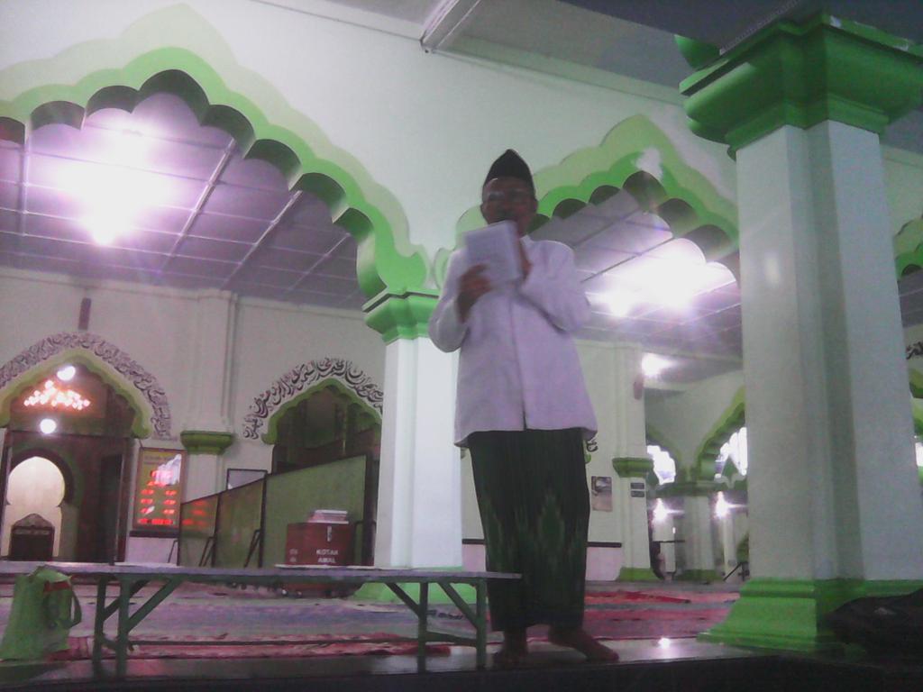 Mendengarkan tausyiah imam besar masjid agung kauman magelang