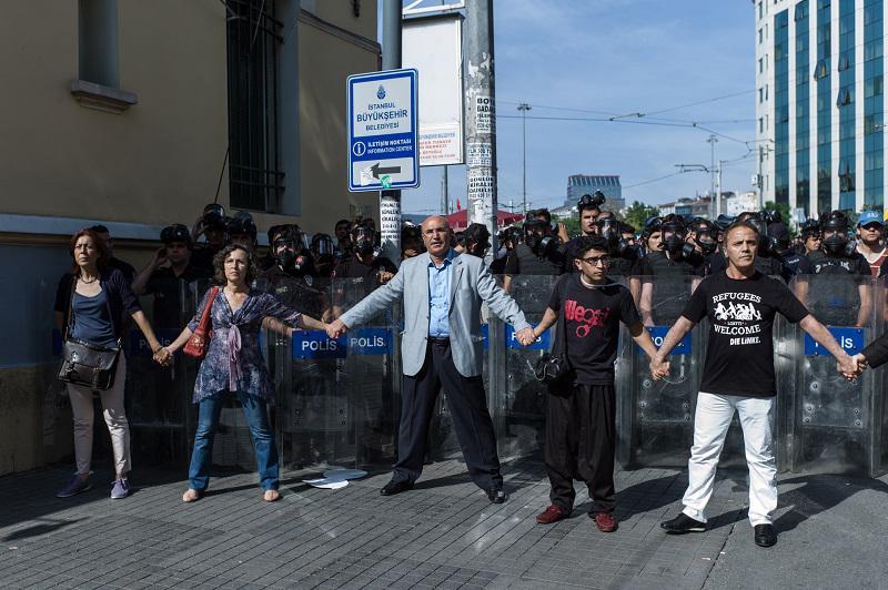 HDP ve CHP'li vekiller polis saldırısına el ele kalkan oldu #OnurYürüyüşü #istanbulpride Foto: @DocuAgency http://t.co/68LYB21Wz3