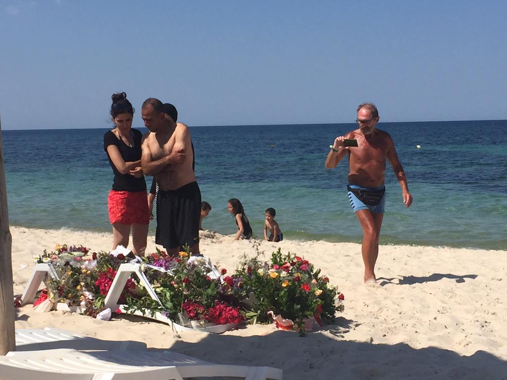 Strand des Attentats #Tunesien ist Pilgerort, für verbliebene Touristen und Tunesier, die Toten ihren Respekt zollen