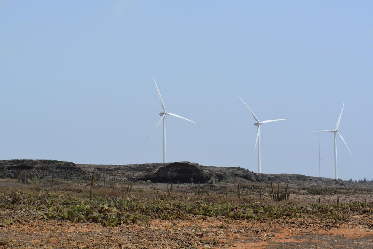Combien de #trois? Les éoliennes de Aruba... là où ça vaut la peine - il y a toujours du vent! #mathphoto15 http://t.co/fxKI12QaSP