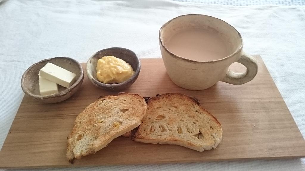 友達のお母さんに頂いたオレンジピールのパンに昨日作ったカスタードクリームを添えた朝ごはん。 http://t.co/6VKydhFwta