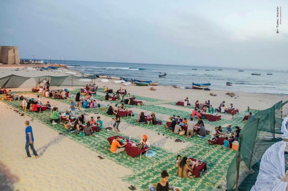 Les tunisiens rompent le jeûne sur les plages montrant qu'ils n'ont pas peur