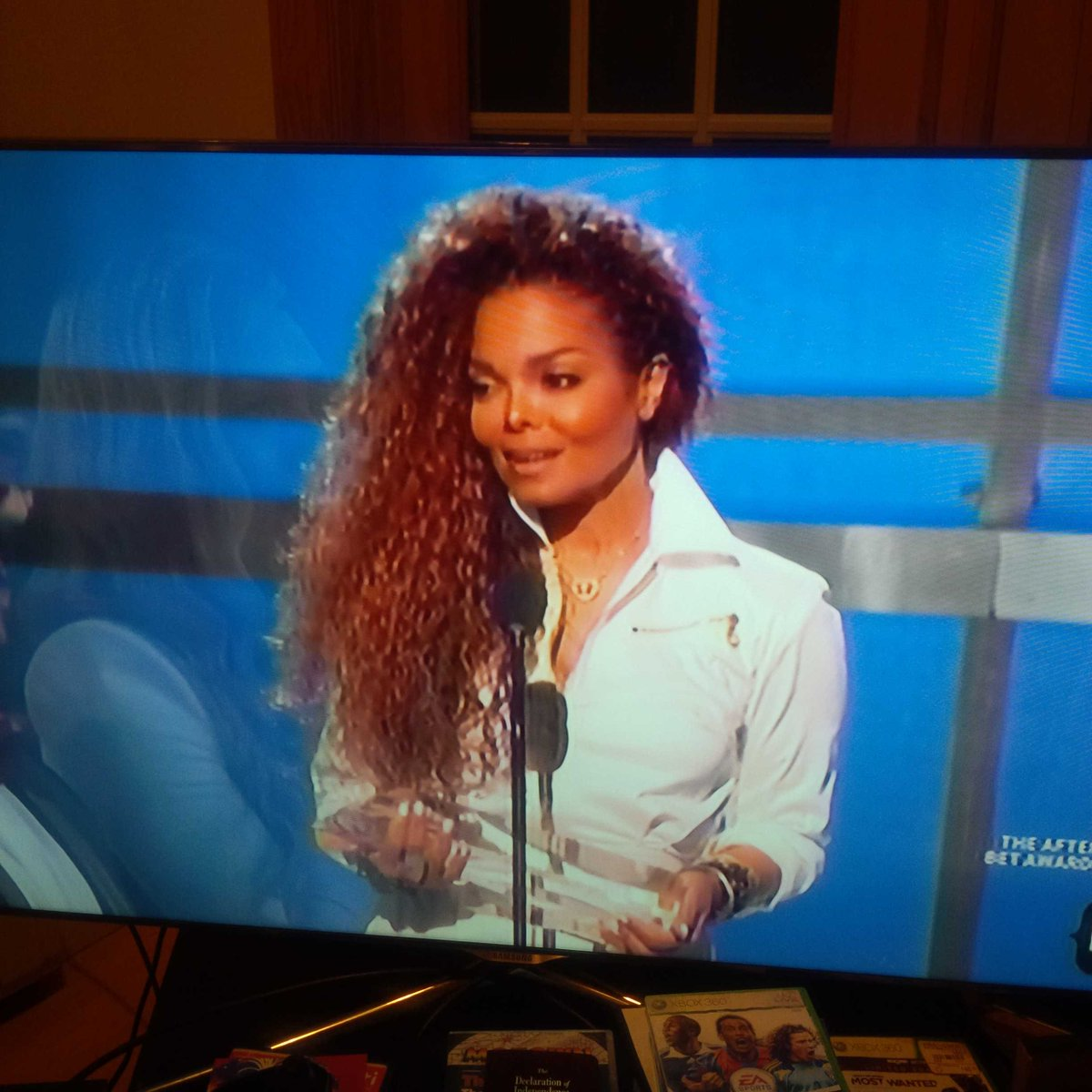 #janetjackson looks amazing! Beautiful. Humble. @BETawards15 http://t.co/2nz2GHvOfI